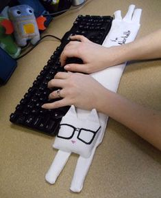 DIY Keyboard Cat Wrist Rest -- so adorable!