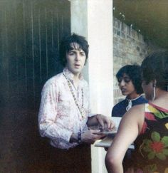 August 1967. Paul with some fans, outside his house, at 7 Cavendish Avenue in St John's Wood, London.