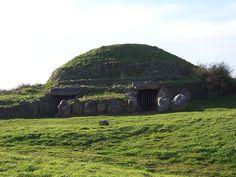 Les deux entrées du Tumulus de Dissignac, Site mégalithique de Loire-Atlantique, à Saint-Nazaire