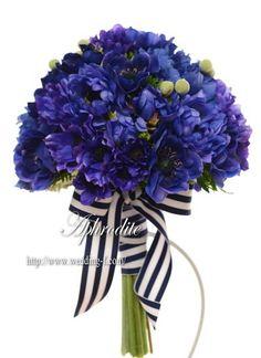 ウエディングブーケ専門ショップ・アフロディーテ(Wedding Bouquet Aphrodite) ブルーアネモネのクラッチブーケ