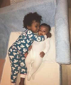 Kim Kardashian's Saint West son hugs baby Chicago West in new photo Kim Kardashian has shared a sweet moment between her son Saint West and baby daughter Chicago West. Khloe Kardashian, Kardashian Familie, Kardashian Kollection, Kardashian Photos, Jenner Kids, Jenner Family, Kanye West, Cute Kids, Cute Babies