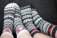 Kerroinkin aiemmin , että tein heinäkuun hääparille osaksi häälahjaa kirjoneulevillasukat. Keskenään melkein samanlaiset, mutta käänteisin ... Designer Socks, Knitting Socks, Knit Socks, Leg Warmers, Fingerless Gloves, Mittens, Pattern, Knits, Elsa