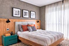 Decoração de apartamento. Revestimento de madeira, cabeceira cinza, cama de madeira, criado-mudo verde, luminária de parede. #decoracao #decor #details #casadevalentina