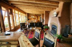 The other day we showed you an Earthship bathroom that was in a real 'love it or hate it' style.Here's an Earthship great room. Earthship Design, Earthship Biotecture, Earthship Home Plans, Natural Building, Green Building, Building A House, Earth Sheltered Homes, Natural Homes, Au Natural