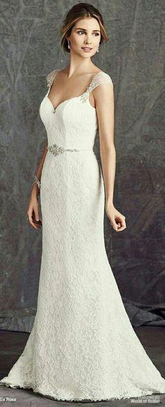 Ella Rosa bruidsjurk van kant met bijzondere bandjes.. De bling zorgt voor een beetje glamour en het kant maakt de jurk romantisch en chique..