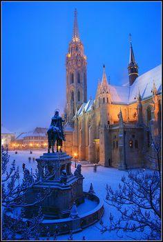 Vistas nocturna de la Iglesia de Matías y monumento a San Benceslao, Budapest Hungría.