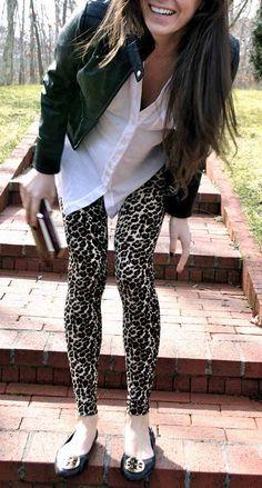 Autre look pantalon léopart : Chemise blanche et blouson noir