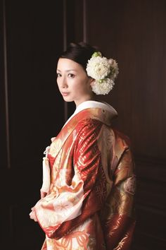 和装のヘアスタイルで王道なのは、やはり日本髪の文金高島田。文金高島田に結い上げ、式では綿帽子か角隠し