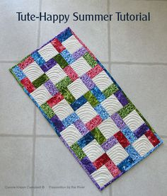 Tute-Happy Summer: Stair Stepper Runner (Inspired by Fabric) Table Runner And Placemats, Crochet Table Runner, Quilted Table Runners, Quilting Tutorials, Quilting Projects, Sewing Projects, Sewing Ideas, Quilting Ideas, Craft Tutorials