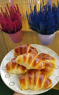 Croissante pufoase. – Lorelley.blog Baking Recipes, Cake Recipes, Dessert Recipes, Croissant Recipe, Food Gallery, Sweet Desserts, Creative Food, Health And Nutrition, No Bake Cake