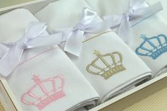8 itens que não podem ficar de fora do seu enxoval de bebê (tema princesa ou príncipe)!   Acesse aqui o enxoval completo da loja virtual Xique Xique Brasil: http://mamaepratica.com.br/2016/05/12/enxoval-de-bebe-tema-princesa-principe/  O enxoval de bebê inclui jogo de lençol de berço, lençol de carrinho, manta, fralda, toalha com capuz e cueiro, entre outros. Tudo bordado com o tema coroa! Ve ver: http://mamaepratica.com.br/2016/05/12/enxoval-de-bebe-tema-princesa-principe/