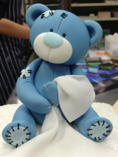 Blue teddy porcelana fria polymer clay fimo modelado figurine topper pasta francesa masa flexible fondant This can be pinky :) Fondant Toppers, Fondant Cakes, Cupcake Toppers, Decors Pate A Sucre, Teddy Bear Cakes, Fondant Teddy Bear, Teddy Bears, Fondant Animals, Modeling Chocolate