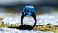 カナダのジュエリーメーカーSecret Woodが作り出す指輪たち。木とレジンによるオールハンドメイドのその指輪はまるで世界の一部を閉じ込めたかのような美しさ。