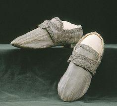 DESCRIPTION Sko i silvertyg till Gustav III:s bilägersdräkt. Använda vid bröllopet med Sofia Magdalena 4/11 1766. NAME Ägare: Gustav III av Sverige Tillverkare: Mattias Brun DATING 1766-11-04