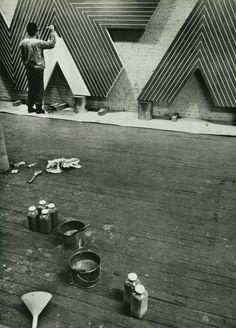 Franck Stella working in his studio (1967)