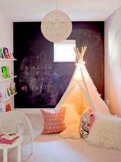 Le mur ardoise du fond est un chouette territoire d'expression des enfants, avec le tipi pour se cacher et tous ces coussins douillets...