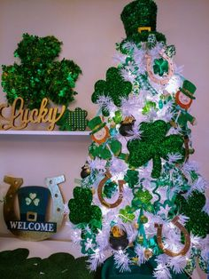 Patrick's Day 'Luck of the Irish'- Themed Tree – Spruce Lore St. Patrick's Day 'Luck of the Irish'- Themed Tree – Spruce Lore Christmas Tree Themes, Holiday Tree, Xmas Tree, Holiday Crafts, Holiday Decor, Holiday Ideas, Saint Patrick, Irish Christmas, Christmas Hanukkah