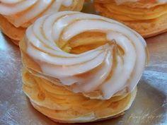 Vodu, máslo sůl, to uvedeme do varu a přidáme mouku, mícháme tak 5 minut. Nechat vystydnout a pak do toho po jednom všlehat mixérem 3 vejce. Na plec... Donut Muffins, Donuts, Pancakes, Czech Desserts, Churros, Nutella, Baked Goods, Icing, Peanut Butter