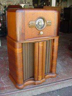 Vintage Tv, Vintage Records, Radios, Old Crates, Old Time Radio, Radio Wave, Art Deco Furniture, Art Deco Design, Art Deco Fashion
