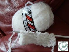 Faire un lapin à partir d'un carré en tricot: bien choisir sa laine, 18 mailles, pour moi, lapin pas trop grand ni trop petit tout point-mousse Passer un fil en forme de triangle, pour former la tête Resserrer le fil autour de la bourre Coudre le dos...
