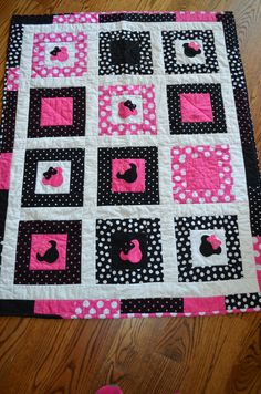 Minnie Mouse Patch Quilt by LannersQuilts Mickey Mouse Quilt, Minnie Mouse Nursery, Mickey Mouse Bedroom, Minnie Mouse Bow, Baby Girl Quilts, Girls Quilts, Patch Quilt, Quilt Blocks, Sewing Crafts