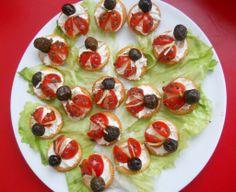 Antipasto coccinella. Realizzato con salatini rotondi, formaggio spalmabile, olive nere, erba cipollina, patè di olive nere.