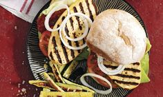 Grill-Cheese-Burger mit Zucchini-Frites - Rezepte - Schweizer Milch Cheese Burger, Zucchini Pommes, Veggie Recipes, Hamburger, Veggies, Bread, Chicken, Breakfast, Ethnic Recipes