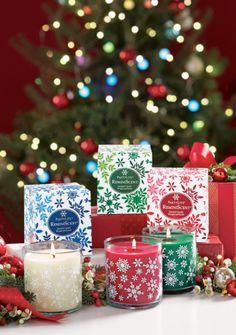 Souvenirs d'enfance ! Pour Noël retrouvez votre âme d'enfant avec notre collection Reminiscent composée de fragrances classiques qui évoquent l'esprit de Noël. Votre intérieur baignera dans un doux parfum de sapin tout juste coupé. De la cuisine émaneront des volutes épicées rafraîchies de baies rouges givrées. Réchauffez votre cœur et votre intérieur !