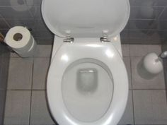 Un balai-brosse, du vinaigre blanc et du bicarbonate de sodium : c'est tout ce qu'il vous faut pour enlever toutes les traces de calcaire dans la cuvette de vos toilettes. C'est facile, efficace et pas cher. Explications.