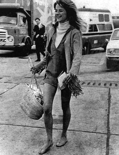 C is for Charlotte Rampling. By Ron Galella, An eternal icon, channeling a care-free spirit complete with fringe and jute woven bag Charlotte Rampling, Oscar Fashion, 1960s Fashion, Vintage Fashion, Bianca Jagger, Iconic Women, Famous Women, Twiggy, Alexa Chung
