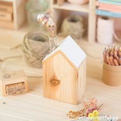 Casita de madera con tubo de cristal para flores #wood #house #flowers #decoration Mr Wonderful, Place Cards, Place Card Holders, Wood, House, Log Houses, House Decorations, Crystals, Flowers