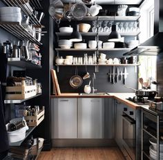 Небольшая, но почти профессиональная кухня с отделкой из нержавеющей стали