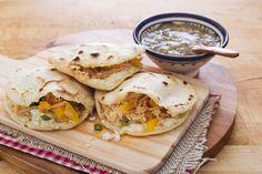 Le gorditas sono uno street food messicano, sono tasche di farina di mais ripiene di carne di maiale e formaggio: sono invitanti e golose.