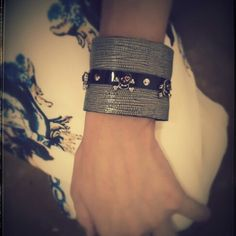 Bracelete Couro Caveirinha Love  Vendas: whatsapp: 317300-4489 http://instagram.com/petalasdemaria