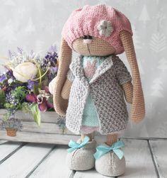 916 curtidas, 69 comentários - Вязаные игрушки (@isaeva_toys) no Instagram Crochet Animal Patterns, Stuffed Animal Patterns, Baby Knitting Patterns, Doll Patterns, Crochet Rabbit, Crochet Bunny, Cute Crochet, Crochet Doll Clothes, Knitted Dolls