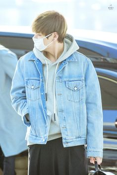 Kim Taehyung ♡ all he's doing is walking and it makes me happy just to see him ^^ I can't explain this feeling Daegu, Fanfiction, Kim Taehyung, Taehyung 2017, Wattpad, Airport Style, Bts Airport, Airport Fashion, Color Azul