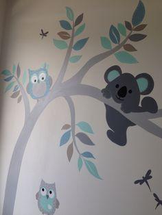 Muurschildering boom met uil en koala gemaakt door www.vrolijkemuur.nl