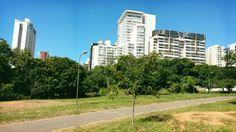 Edifícios residenciais e comerciais nas proximidades do parque. Valorização imobiliária. #aspectoeconomico