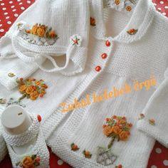 Bu gece bitmeden güzel bir takım daha gelsin sizlere. .......... Crochet Lovey, Baby Girl Crochet, Crochet For Kids, Knit Crochet, Baby Cardigan, Baby Vest, Baby Knitting Patterns, Pinterest Fashion, Baby Sweaters