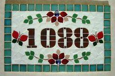 Numero residencial em mosaico, tamanho retangular médio (22x35). Cliente pode escolher cor da borda e do número. O mosaico é realizado em cima de um piso e deverá ser fixado na parede com argamassa. R$ 120,00