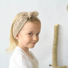 Sweet, breezy and natural chic headband for any size! You can crochet it in no time with this free pattern.