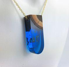 Moderne Blaue Holz Harz Anhänger Halskette an Sterling Silber oder vergoldeter Kette von FedergoldDesign auf Etsy