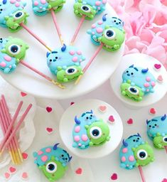 Monsters Inc macarons Pocky pop? They are filled with 🍓 swiss meringue buttercream to match the Pocky stick. Macaroon Cookies, Meringue Cookies, Cute Food, Yummy Food, Candy Birthday Cakes, Cute Baking, Swiss Meringue Buttercream, Macaron Recipe, Cute Desserts
