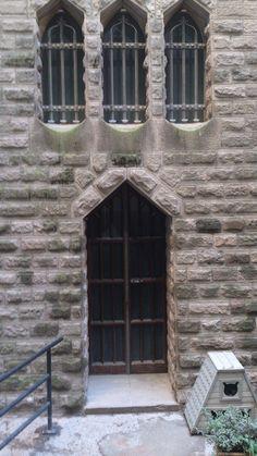 Puerta y gatera de un patio de la Sagrada Familia (Barcelona)