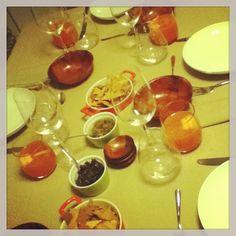 Spesso Manuel organizza cene a casa con gli amici della Holden. Ognuno porta qualcosa, cucinano tutti insieme, ordinano una pizza oppure si ritrovano dopocena... E' obbligatorio portare qualcosa da bere e fare tardi!