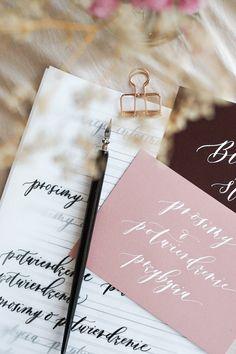 Oczaruj swoich gości ręcznie robionymi dodatkami ślubnymi! wypisane ręcznie zaproszenia ślubne i winietki zapadną Twoim gościom w pamięć.  naucz się wypisać je sama! Studio, Art, Art Background, Kunst, Studios, Performing Arts, Art Education Resources, Artworks