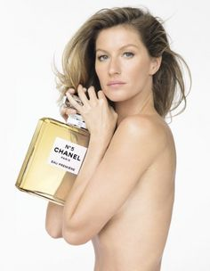 """Gisele """"veste"""" apenas um frascão de Chanel Nº5"""