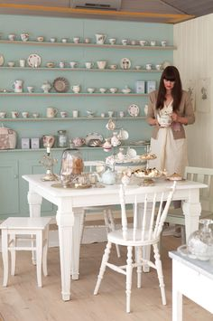 country inspired kitchen shelving with tea cup and pot display / Tildas World