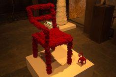 A dupla Pedro Moog e Leonardo Lattavo da Lattoog Design Brasil trouxe a cadeira Re-camaleão feita de tecido e laminado de madeira para a feira #ida #designart #vem #piermaua