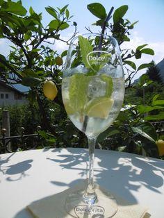 Erfrischender #DolceVita #Hugo auf der Preidlhof Terrasse Juni, White Wine, Alcoholic Drinks, Patio, Recovery, White Wines, Liquor Drinks, Alcoholic Beverages, Liquor